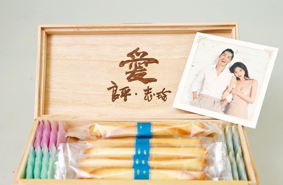 喜餅一打開即可看見夫妻倆合照,並刻有「愛-良平、志玲」字跡,相當精緻。(羅永銘攝)
