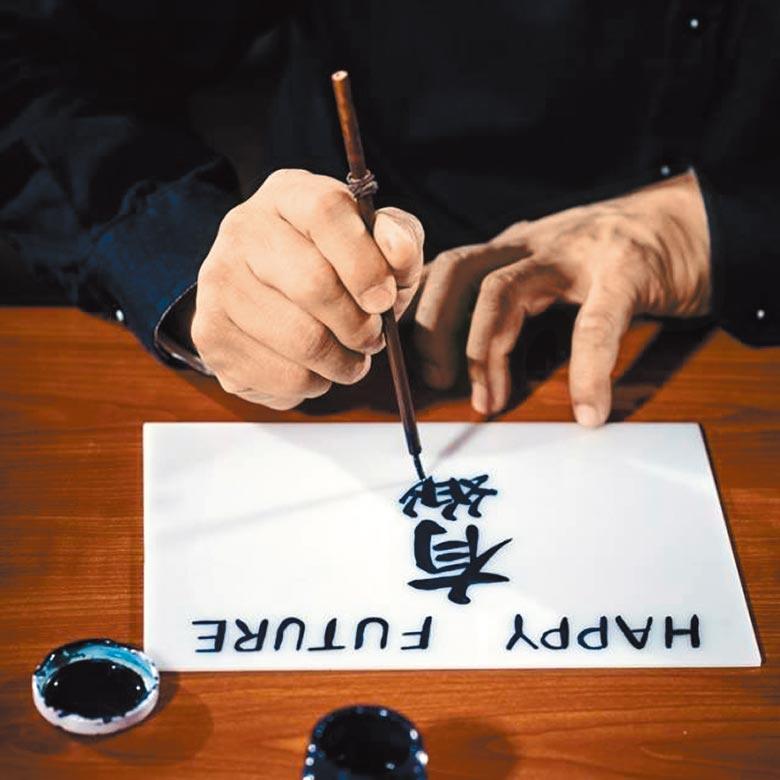 麥錦生示範膠牌寫字技法。(POP UP ASIA提供)