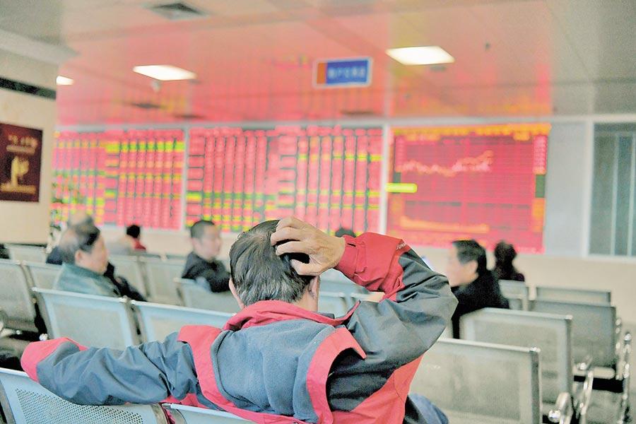 11月14日,四川成都一證券營業部大廳內的股民關注股票行情。(中新社)