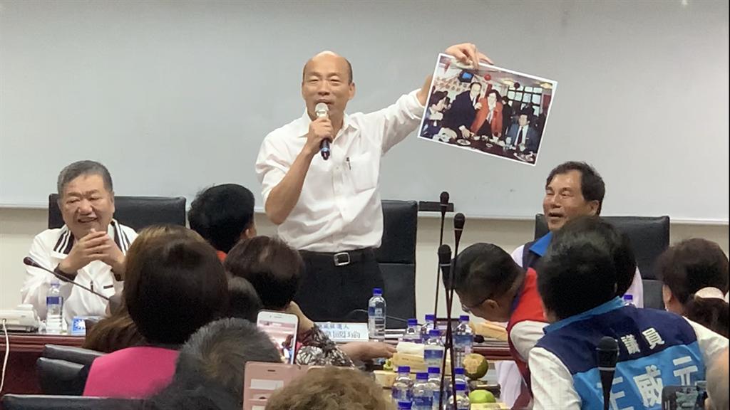 韓國瑜拿著老照片自嘲以前頭髮很多,不是天生禿頭。(王揚傑攝)