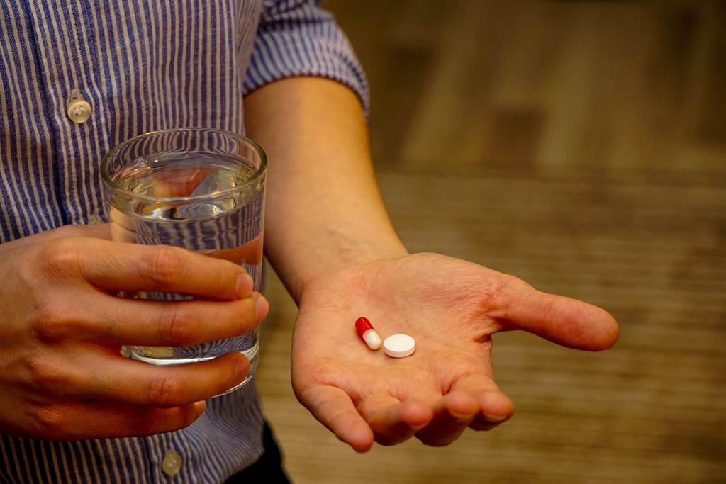感冒看醫生最常遇到的事情就是「忘記吃藥」。臺中慈濟醫院藥師謝蕙霞表示,當忘記吃藥又考慮要不要補藥時,要掌握「對半法則」。(圖/shutterstock)