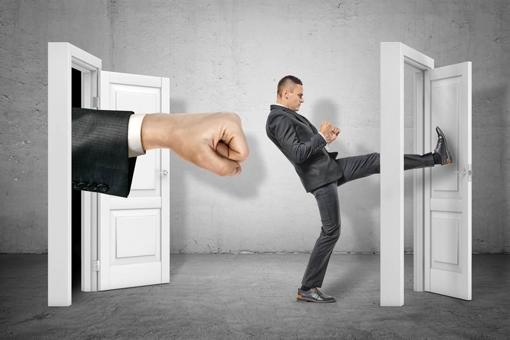 很多動作片中的主角,抬腳就能把門踹開,但門真的這麼容易踹嗎?(圖/達志影像)