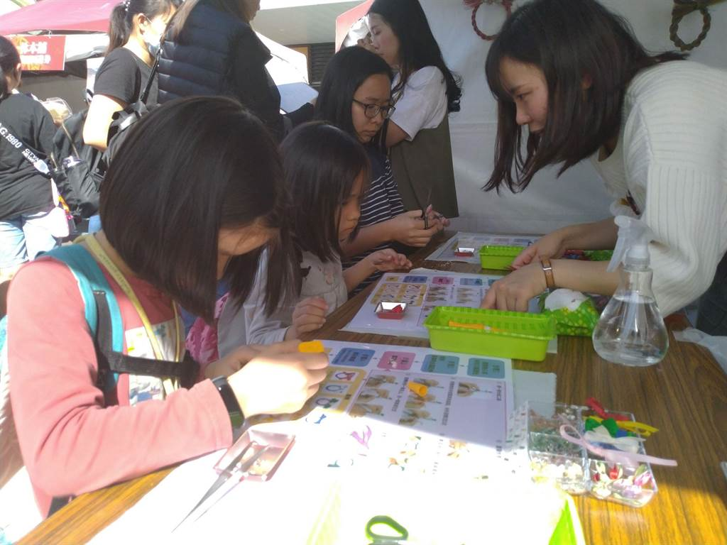熊本縣立大學學生指導燈心草飾品製作體驗。(許家寧攝)