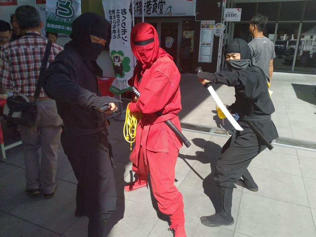 連續2天東岸商場的熊本物產展活動,有日本忍者、三味線等表演。(許家寧攝)