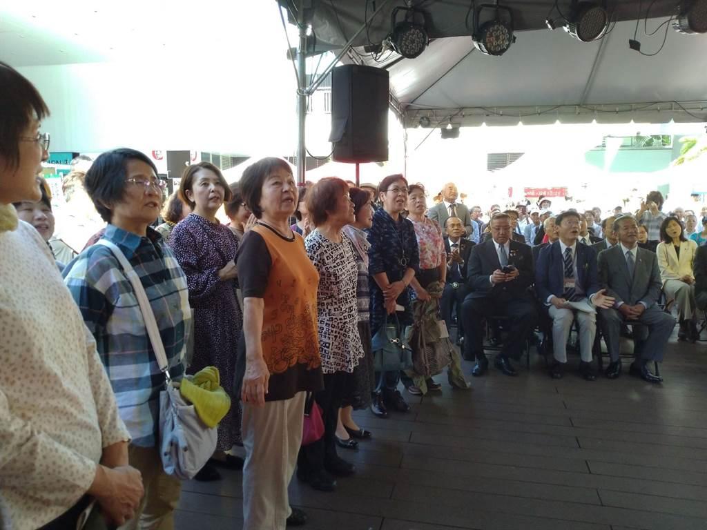 日本婆婆媽媽與基隆市民合唱鄧麗君的《我只在乎你》。(許家寧攝)