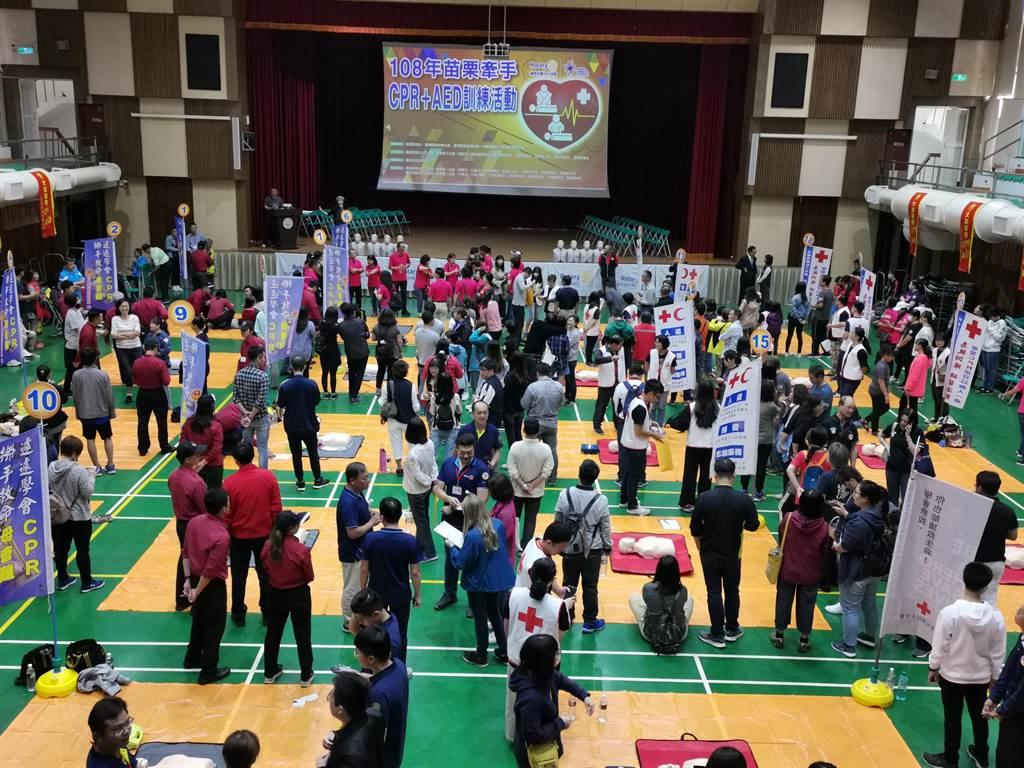 國際扶輪社16日上午在竹南高中學生活動中心舉辦500人接力CPR。〔謝明俊攝〕