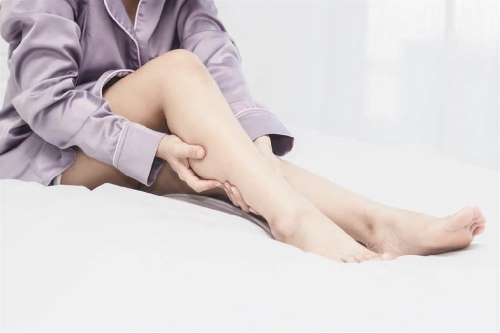 專家指出,腿部容易出現抽筋現象是血脂變高的一種症狀之一。(達志影像/shutterstock)