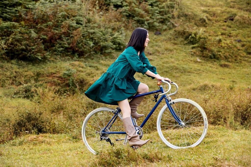公路車難駕馭,即便會騎腳踏車的白安,仍頻摔跌傷腳。(相信音樂提供)