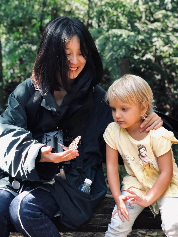 拍攝MV過程,白安叫小朋友不要害怕蝴蝶。(相信音樂提供)