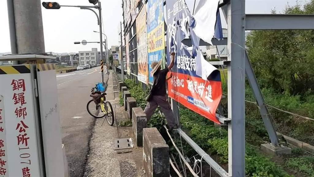 立委陳超明爭取連任,設置在銅鑼鄉道路旁的大型看板遭人割毀。(摘自陳超明臉書粉專)