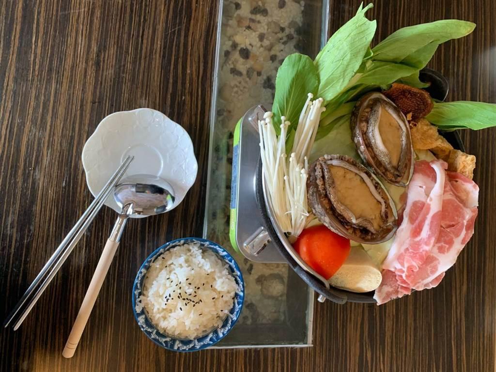 靠海生活餐廳的貢寮鮑火鍋。(圖取自新北市漁業處官網)
