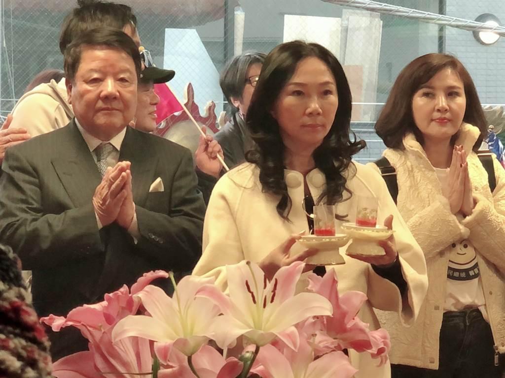 國民黨總統參選人韓國瑜的夫人李佳芬16日下午在東京巨蛋看完球後就趕往位於東京大久保的媽祖廟拜拜、祈福,並與東京華僑交流合影。(黃菁菁 攝)