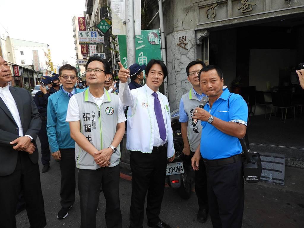 賴清德陪同張廖萬堅於南屯老街巡禮,並聽取梨頭店文化協會的導覽。(陳世宗攝)