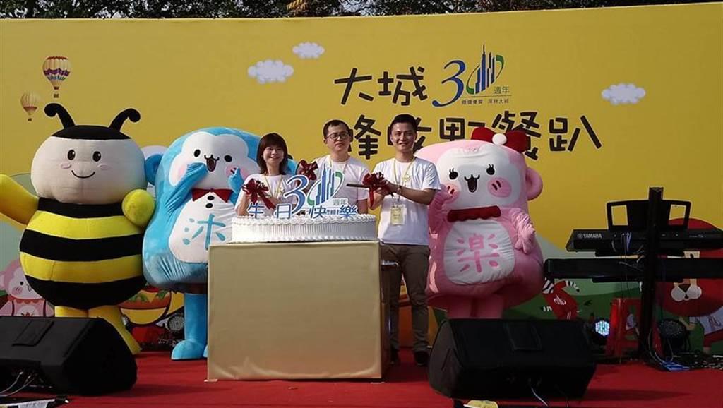 大城營建機構董事長特助賴亮成(右)等主管今日歡慶大城30週年,當場切蛋糕與現場住戶分享喜悅。圖/曾麗芳