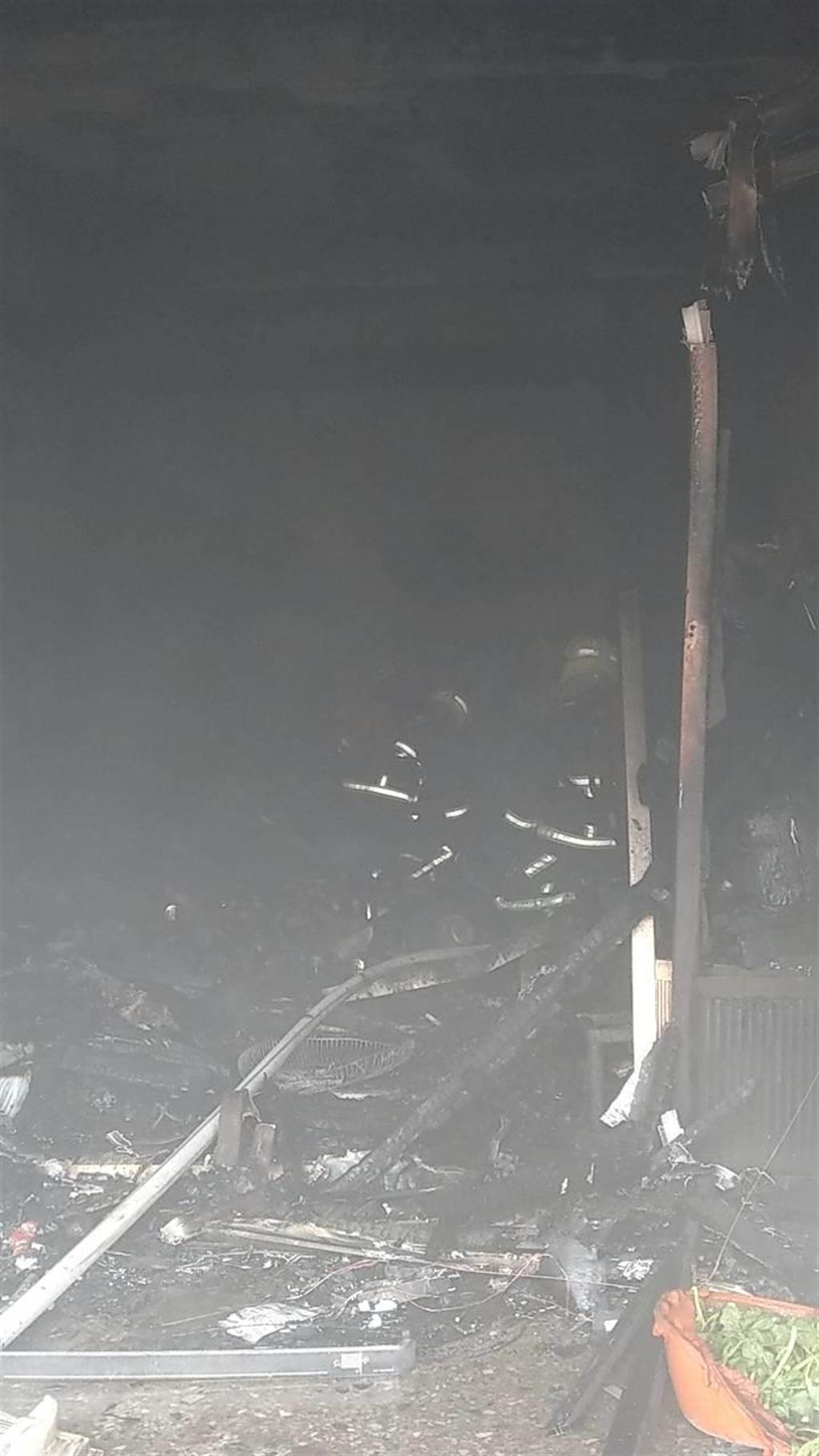 彰化縣線西鄉中央路二段今天中午發生住宅火警,火苗從一樓竄燒,彰化縣消防第一大隊救援。(彰化縣消防局提供/吳敏菁彰化傳真)