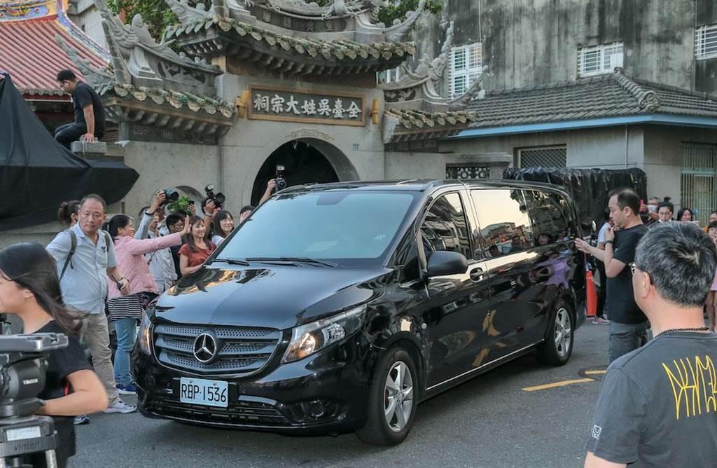 林志玲夫婦搭保姆車離開現場。(盧禕祺攝)