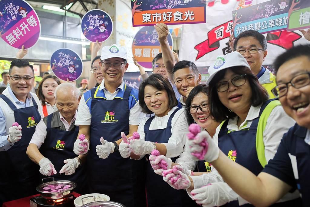 嘉義市長黃敏惠(左四)在東市場體驗製作魚丸。(張毓翎攝)