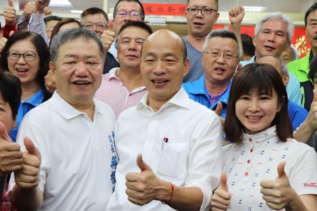 韓國瑜傍晚至新北市議長蔣根煌(左)服務處用餐。(吳亮賢攝)