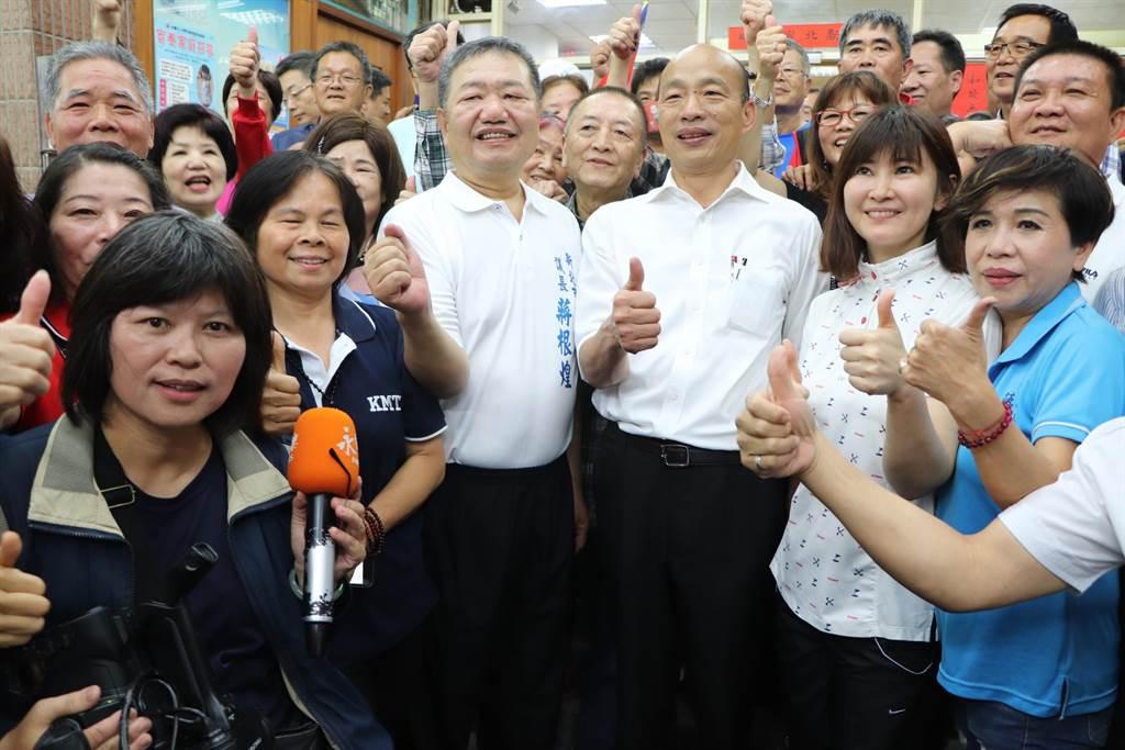大批支持者搶著與韓國瑜合照。(吳亮賢攝)