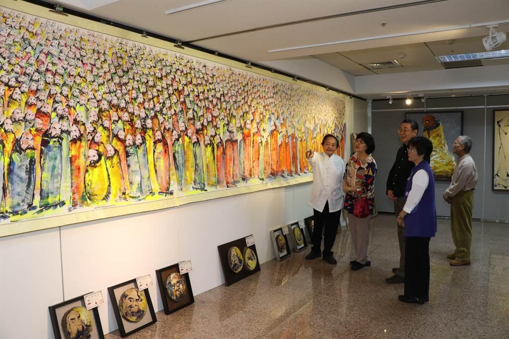 張錦麗和劉來通觀賞柳清松(左)達摩畫展。(新北市社會局提供/吳亮賢新北傳真)