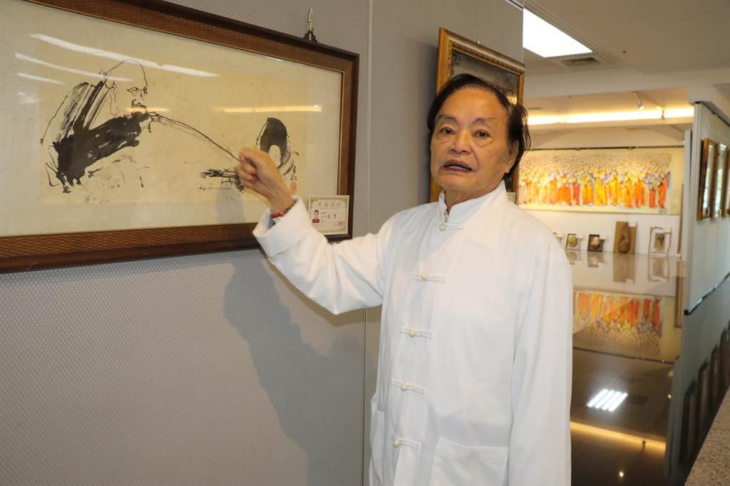 柳清松利用報紙折角沾墨畫出達摩像。(新北市社會局提供/吳亮賢新北傳真)