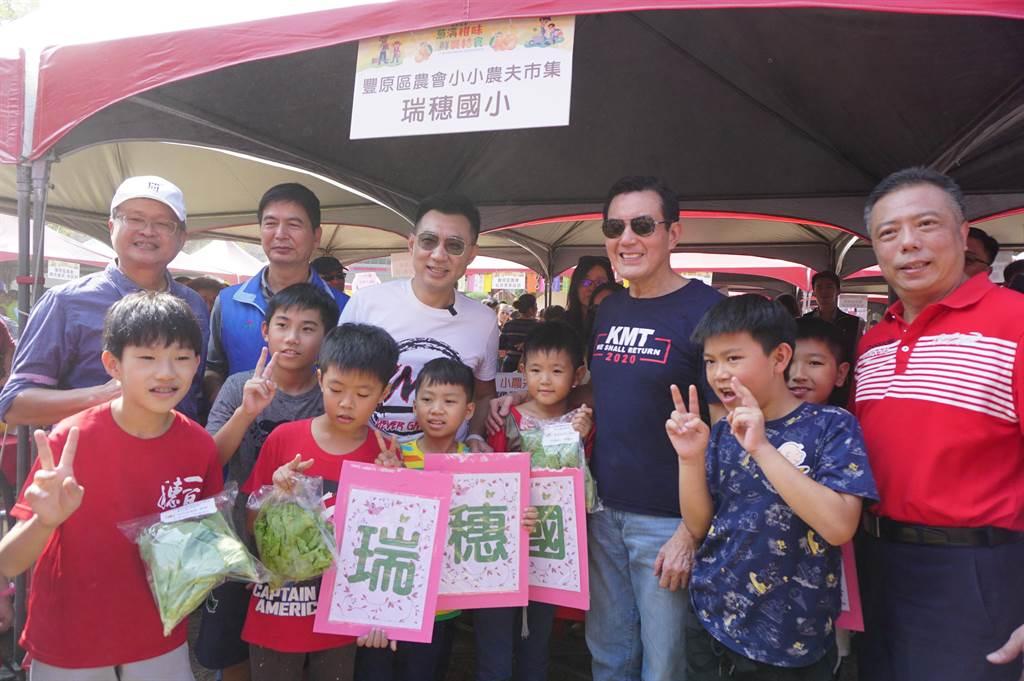 前總統馬英九(右)陪同立委江啟臣(中)跑行程,以行動力挺2020高票連任。(王文吉攝)