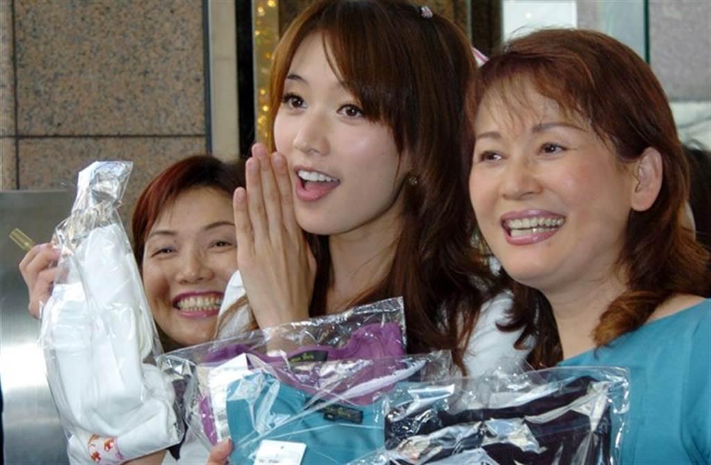 林志玲與媽媽母女情深。(本報系資料照)