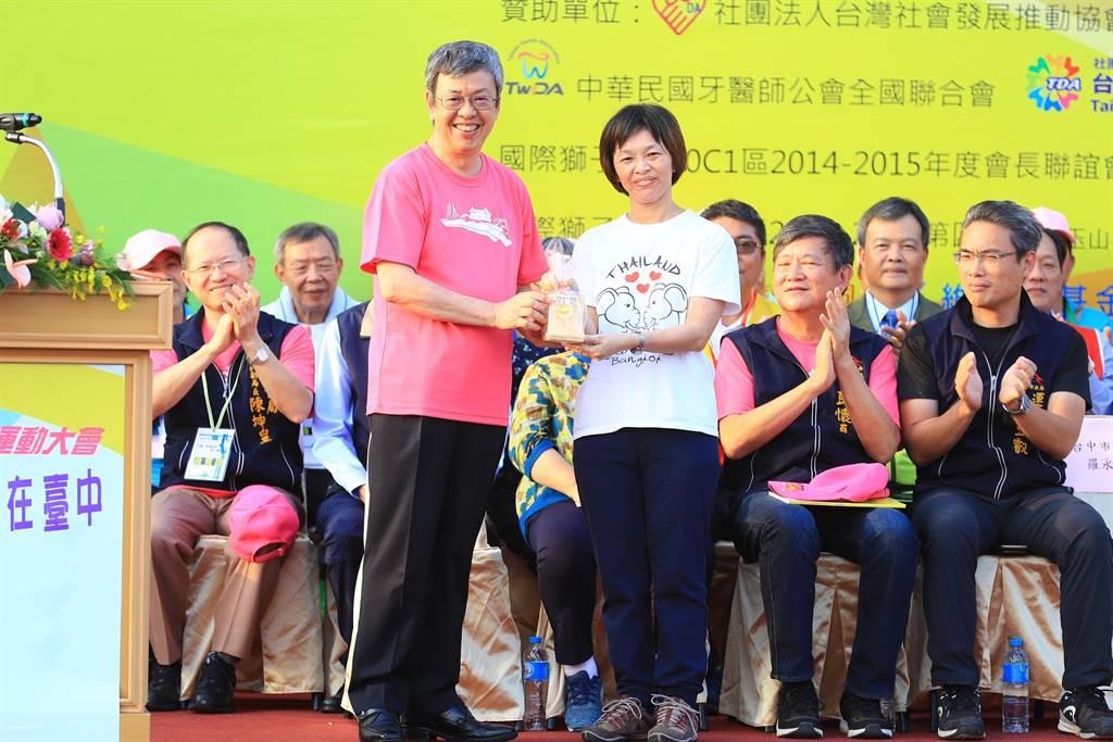 副總統陳建仁(左)參加第12屆全國心智障礙者親子運動大會開幕式,為選手們加油打氣。(王文吉攝)