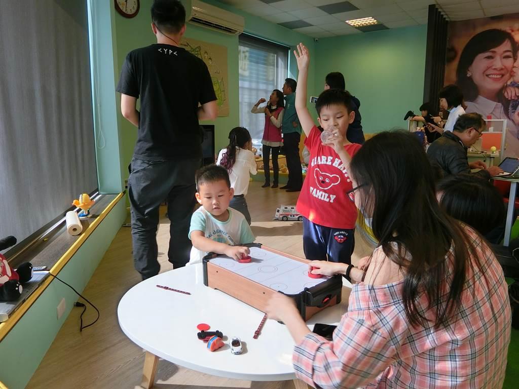 林宜瑾把總部變身親子樂園,落實親子政策。(曹婷婷攝)
