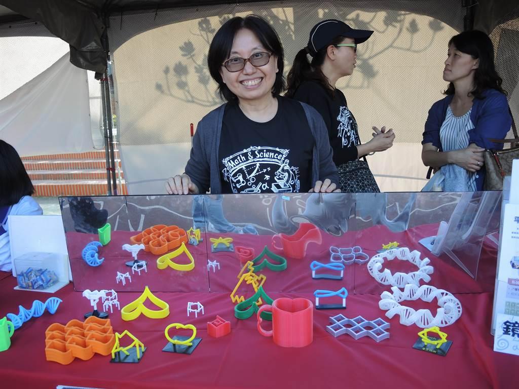 平興國中數學老師設計的3D鏡像,經過設計的物品造型特殊,透過鏡像欺騙眼睛。(邱立雅攝)