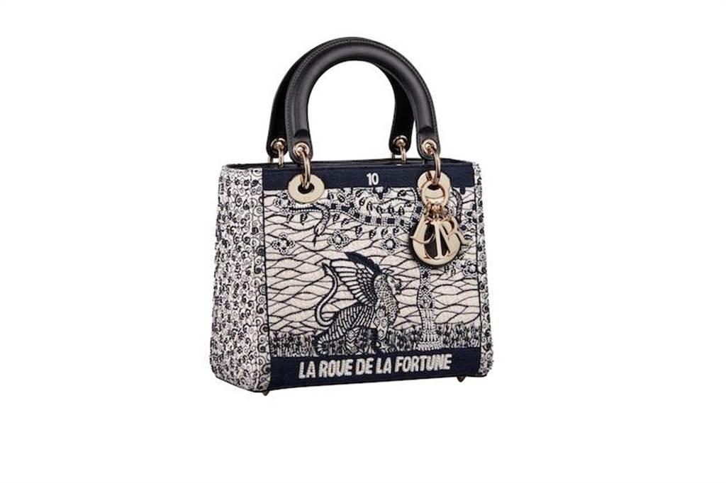 Lady Dior彩色蠟染風格La Roue de La Fortune塔羅刺繡中型提包, 19萬元。(Dior提供)