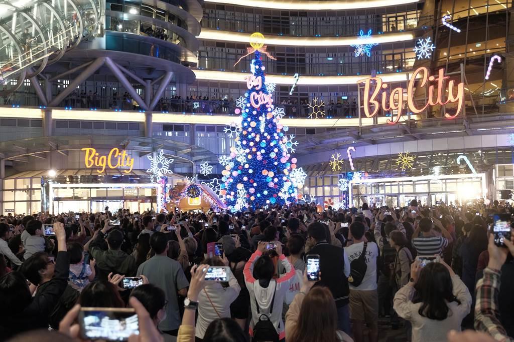 竹市Big City迎接2019週年慶,16日晚上在噴水池廣場舉行聖誕樹點燈儀式,吸引爆滿民眾。(羅浚濱攝)