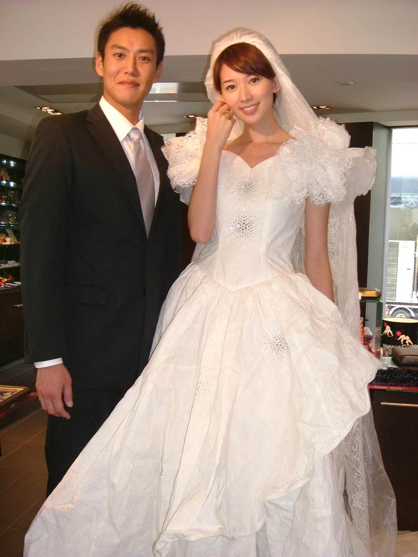 林志玲和加賀美智久為旅遊節目穿白紗,兩人當時也給人螢幕情侶形象。(圖/中時資料照片)