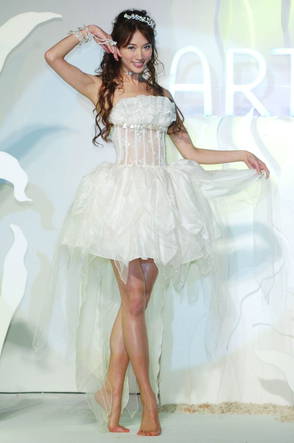 林志玲為代言彩妝再次穿白紗,裙襬前短後長設計秀出她招牌美腿。(圖/中時資料照片)