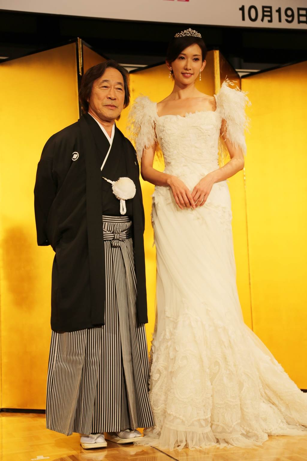 林志玲為宣傳電影,和日劇《101次求婚》男主角武田鐵矢合影,蓬蓬袖與小皇冠打扮公主味十足。(圖/中時資料照片)