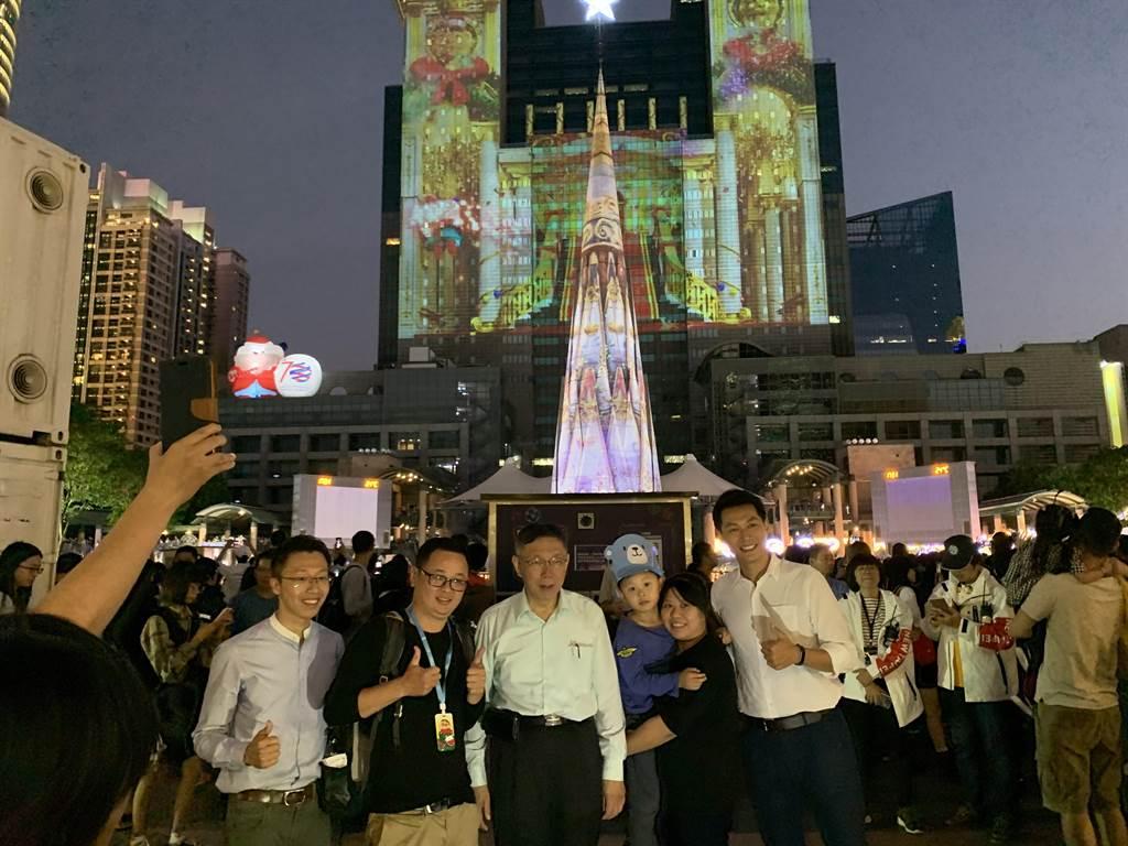 柯文哲向新北歡樂耶誕城「借光」,與民眾合影。(王揚傑攝)