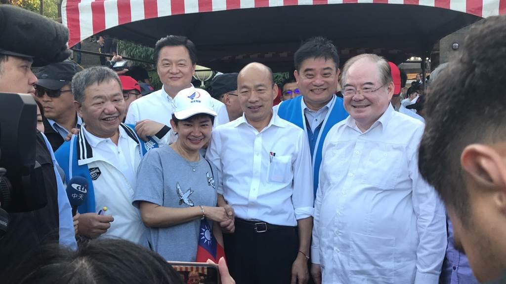 韓國瑜熱情與支持者握手、合影,大展親和力。(戴上容攝)