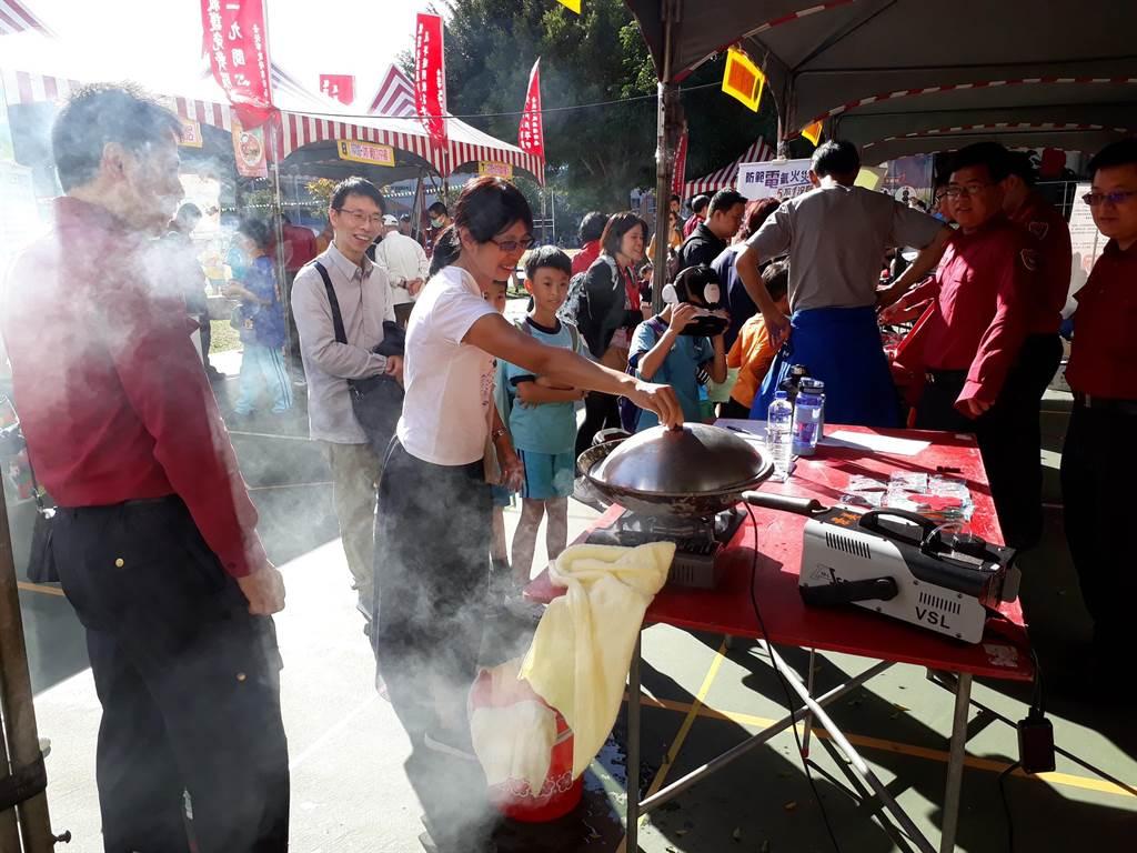 活動包括「油鍋起火,蓋是英雄」等互動式攤位,吸引許多民眾親自操作體驗。(北市消防局提供/林郁平台北傳真)