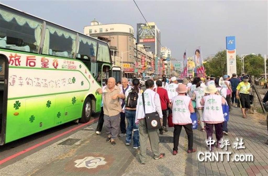 蔡英文高雄總部16日下午舉行成立大會,支持者陸續入場。(圖/中評網)