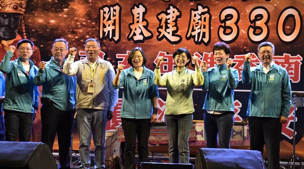 蔡英文總統(中)16日到高雄市仁武區福清宮參拜,蔡英文請大家支持她與民進黨立委,讓台灣變得更好。(林瑞益攝)