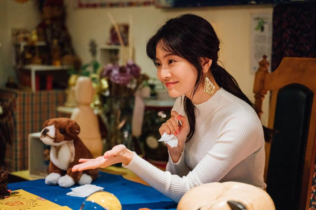 曾之喬在《想見你》首集客串演出寵物溝通師。(中視提供)