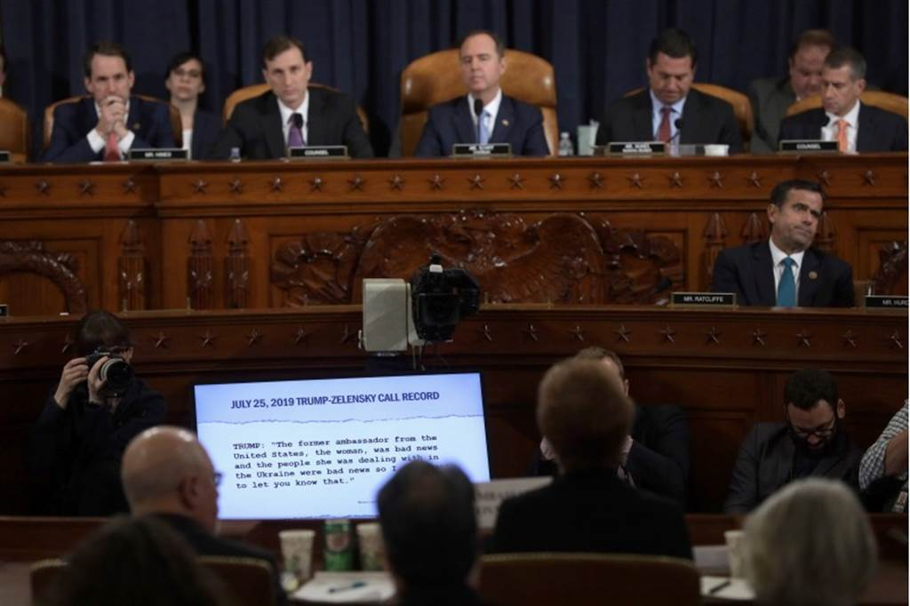 美國眾議院15日就「通烏門」彈劾調查舉行第2場聽證會,會中美國總統川普與烏國總統澤倫斯基的通話紀錄被公開。(路透)
