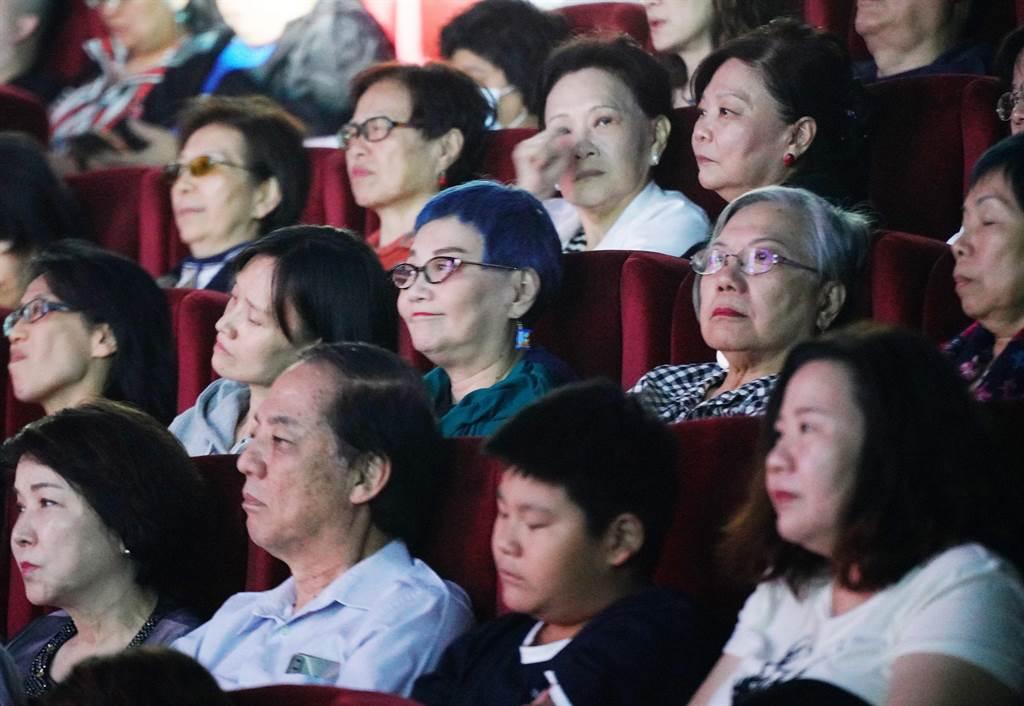 張小燕(第2排中)到場聆鄭怡演唱。(阿爾發音樂提供)
