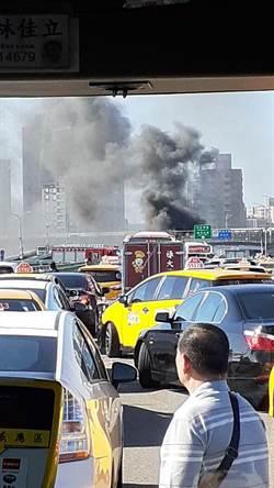 中興橋2車相撞翻車起火 40歲女副駕燒死車內
