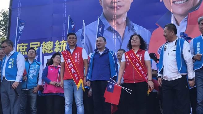 新北市長侯友宜下午3時許現身為陳明義站台,巧妙避開和國民黨總統參選人韓國瑜。(戴上容攝)