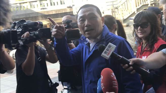 侯友宜為陳明義站台指喉嚨不舒服避開韓國瑜。(戴上容攝)