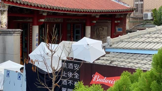 林志玲的婚禮儀式保密到家,工作人員用雨傘與布幕阻擋外界拍攝。(程炳璋翻攝)