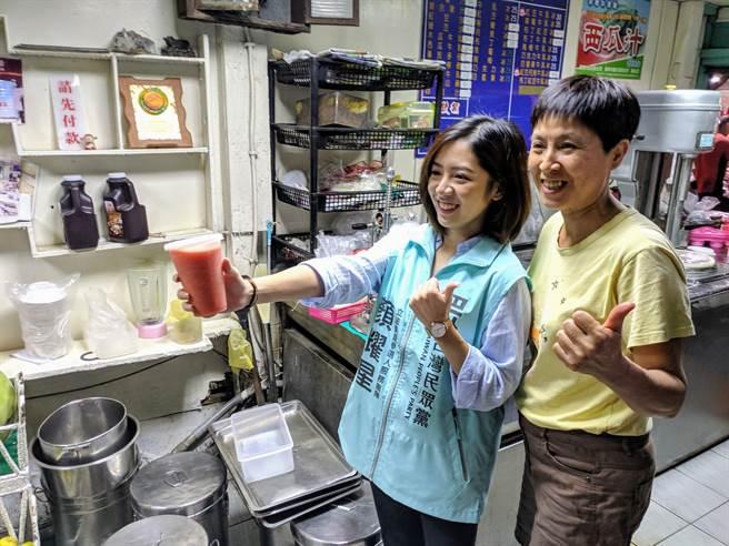 「學姊」黃瀞瑩到台南替民眾黨立委參選人顏耀星站台,熱情店家招待她喝飲料,也搶著合照。(莊曜聰攝)