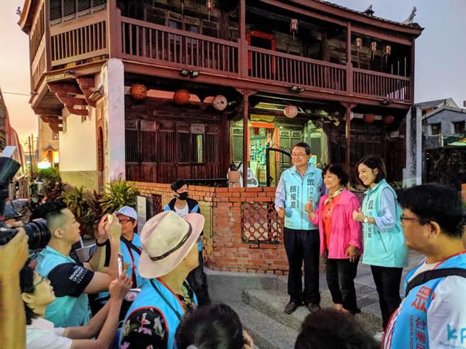 「學姊」黃瀞瑩在鹽水古蹟八角樓前與排隊民眾合影。(莊曜聰攝)