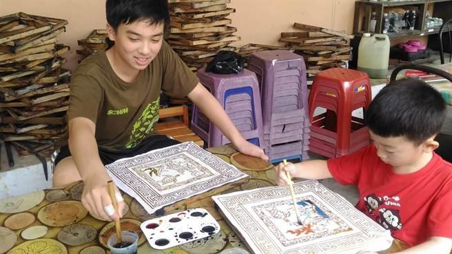 國中生黃家融前往母親的故鄉馬來西亞,體驗野放河龜的生態之旅。(移民署提供/陳鴻偉台北傳真)